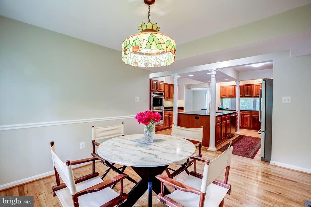 Eat-in kitchen w/plenty of space for large table - 11012 BURYWOOD LN, RESTON