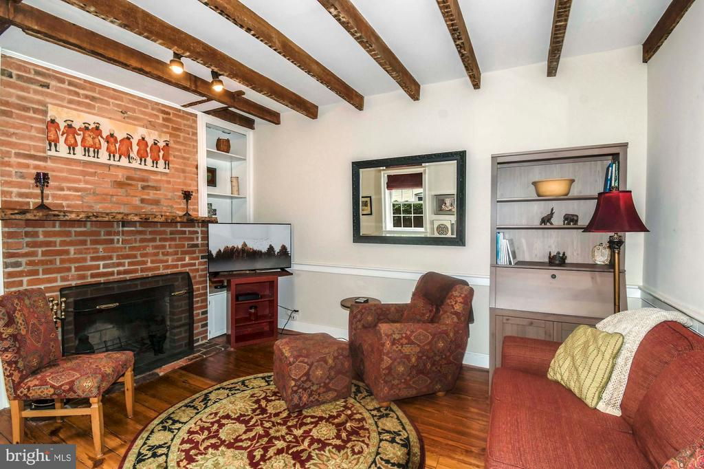 The FR features high ceilings & exposed wood beams - 223 N ROYAL ST, ALEXANDRIA