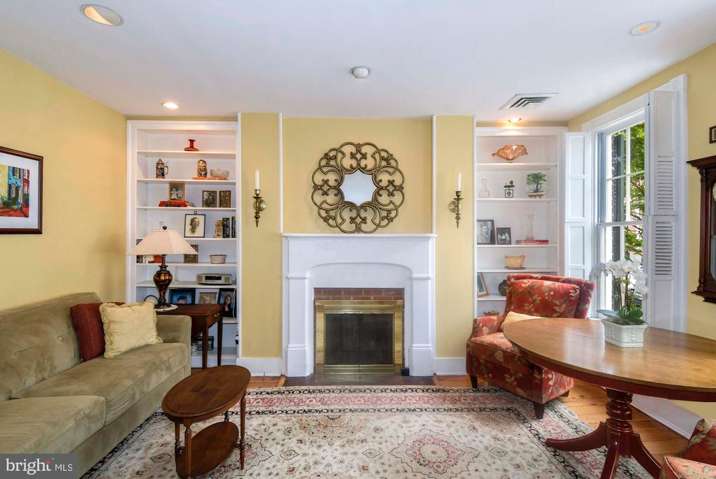 A sun drenched living room with hardwood floors - 223 N ROYAL ST, ALEXANDRIA