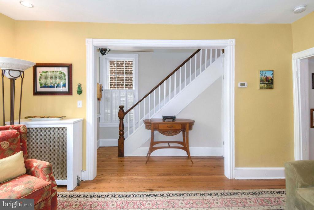 Wide entrance to the foyer w/ original newel post - 223 N ROYAL ST, ALEXANDRIA