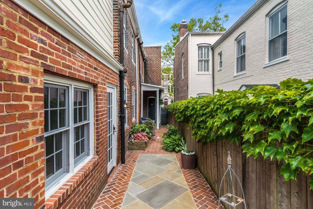 Wonderful walkway on the detached side of the home - 223 N ROYAL ST, ALEXANDRIA
