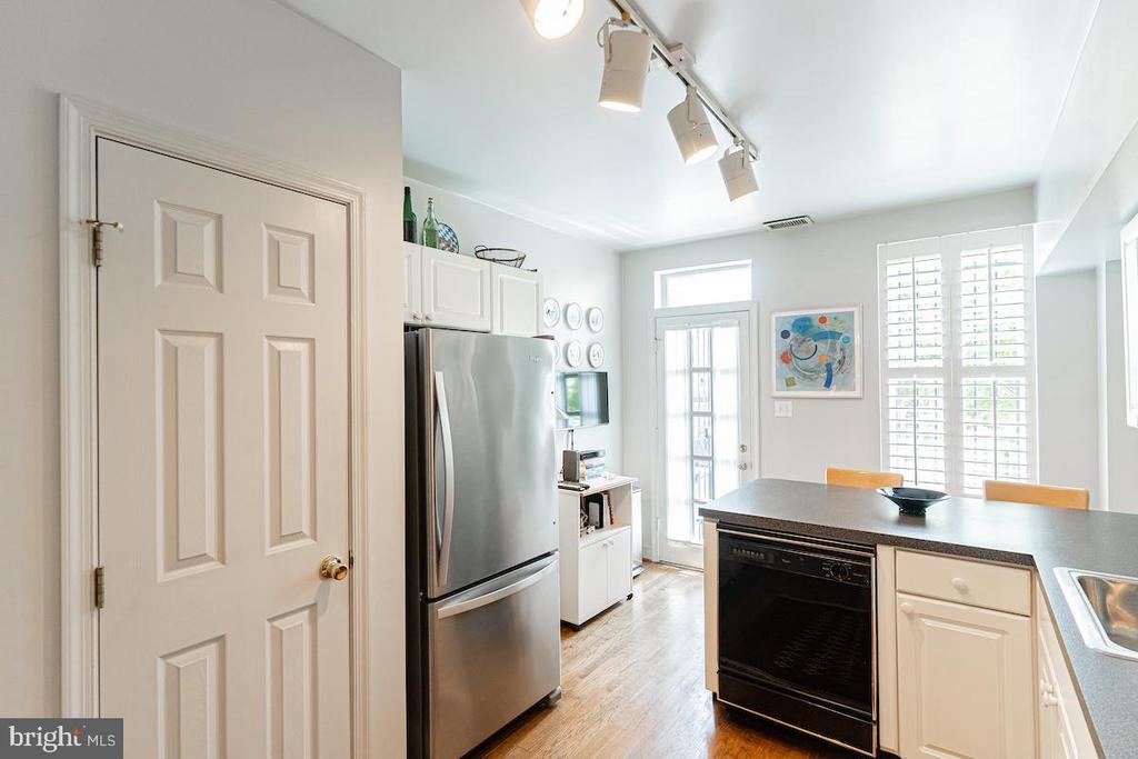 Eat in kitchen with door to back deck - 1426 SWANN ST NW, WASHINGTON