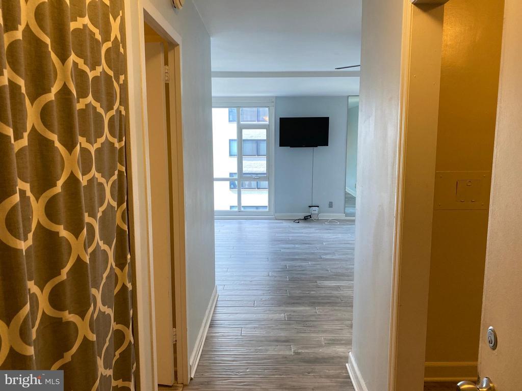 Entrance, coat closet left & kitchen to the right - 1545 18TH ST NW #502, WASHINGTON