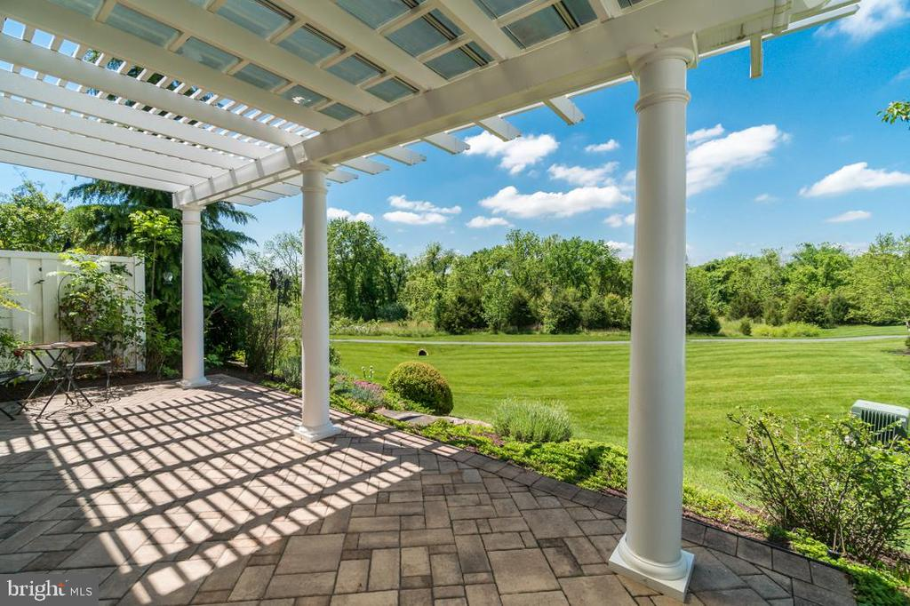 Lovely rear paver  patio with stunning views - 20441 ISLAND WEST SQ, ASHBURN
