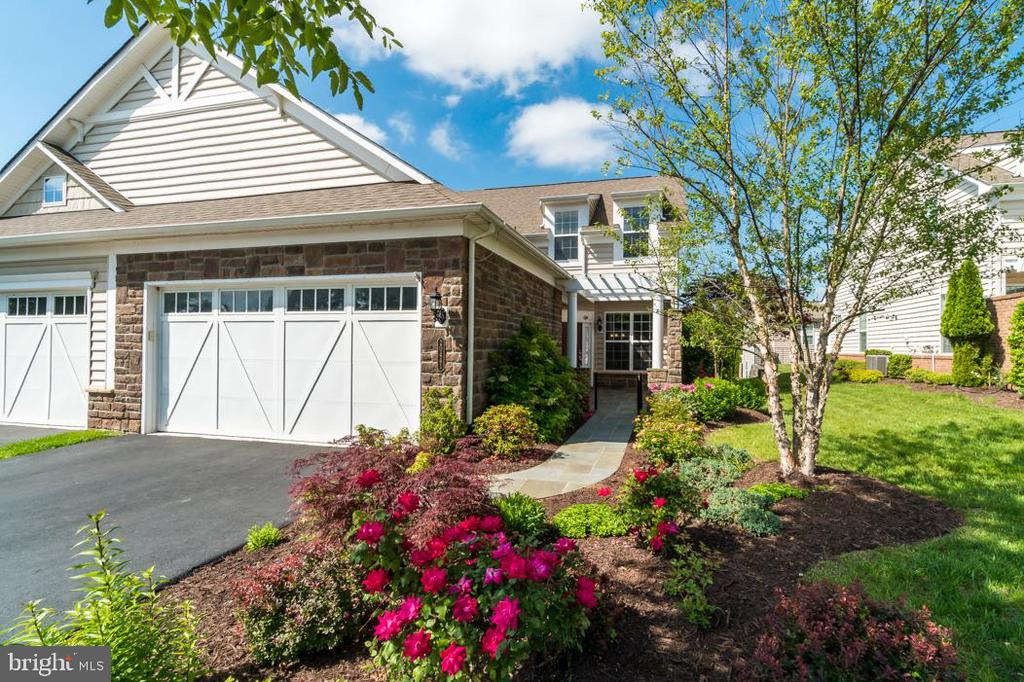 Front of home is beautifully landscaped - 20441 ISLAND WEST SQ, ASHBURN