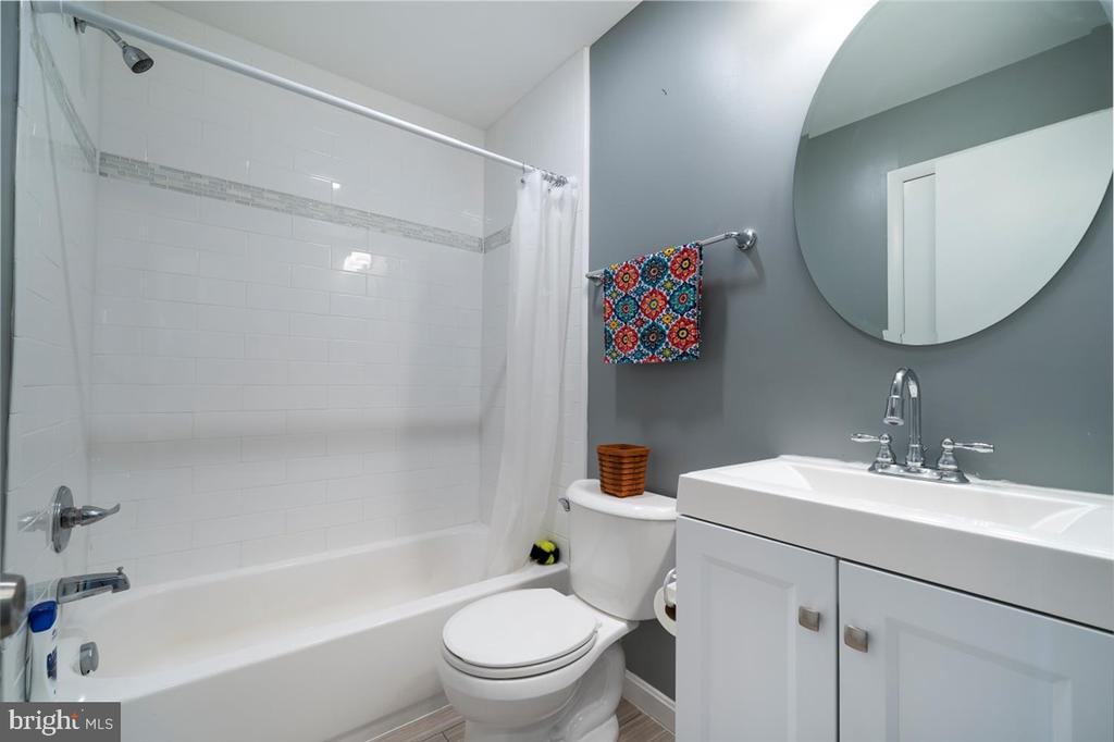 Hall bath - 5239 REELS MILL RD, FREDERICK