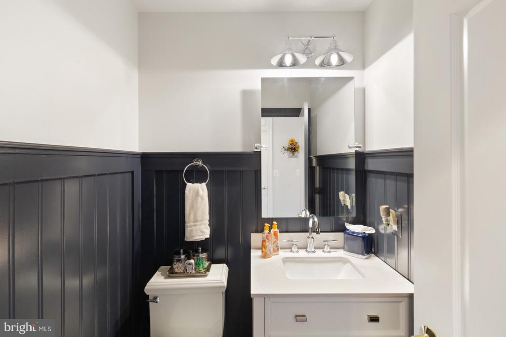 First Half Bath Main Level - 3722 HIGHLAND PL, FAIRFAX