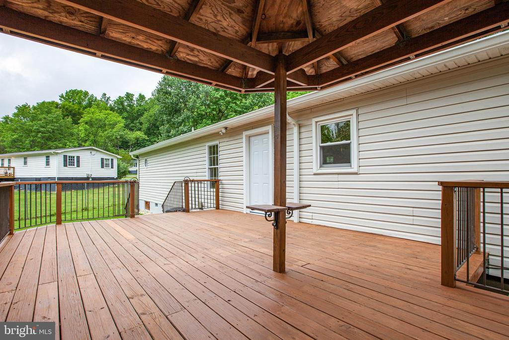 Plenty of space to BBQ or entertain guests - 10905 DEERFIELD DR, FREDERICKSBURG