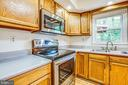 Brand new stove and microwave in kitchen - 10905 DEERFIELD DR, FREDERICKSBURG