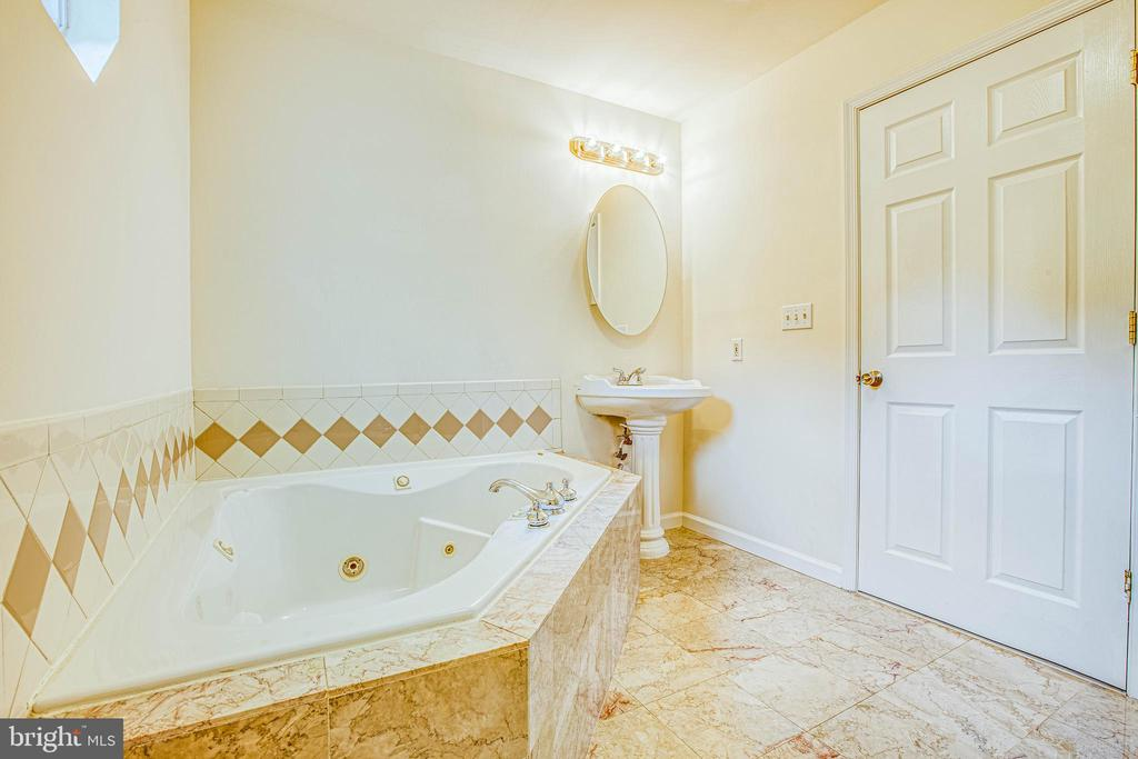 A private retreat in master en suite - 10905 DEERFIELD DR, FREDERICKSBURG