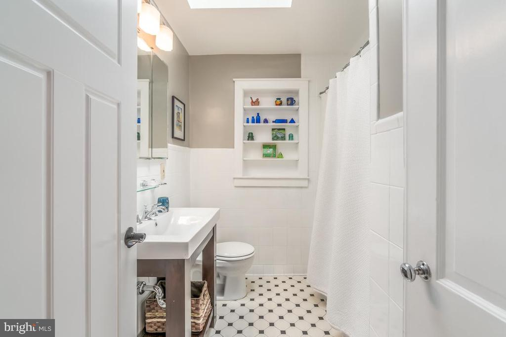 Another hall bath. This one has tub and shower - 5000 27TH ST N, ARLINGTON
