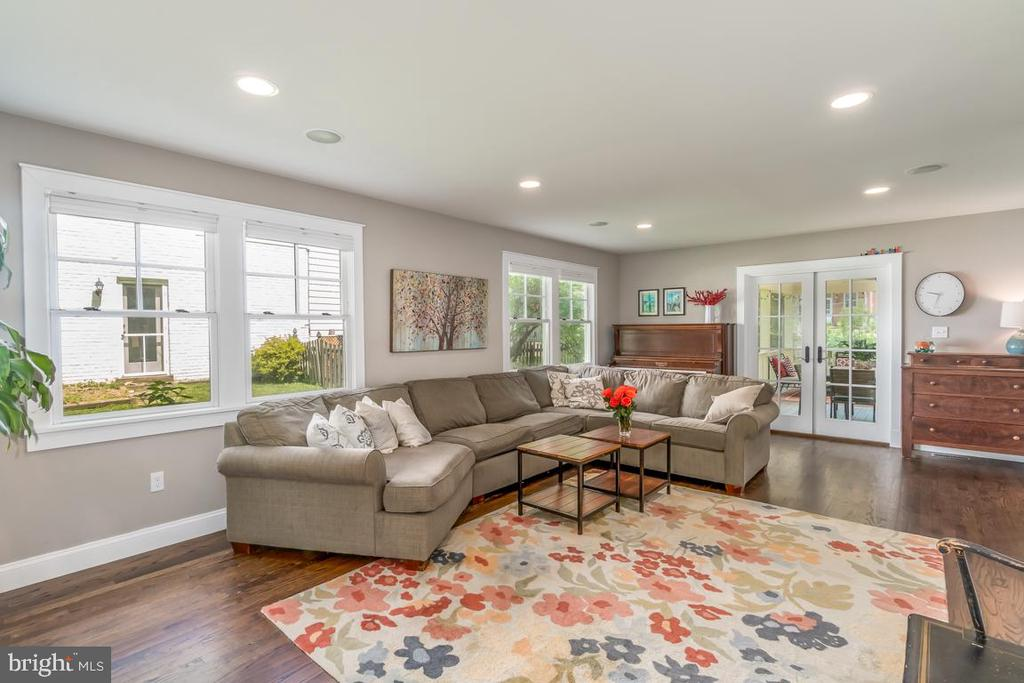 Family Room connects to the  Screened-in porch - 5000 27TH ST N, ARLINGTON