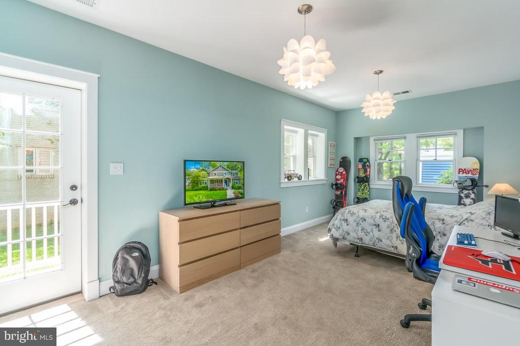 Designed to be an office w/ side entry door, but.. - 5000 27TH ST N, ARLINGTON