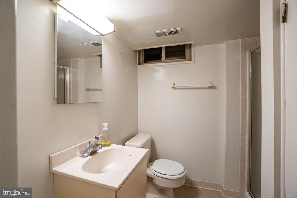 This lower level full bath is original - 5000 27TH ST N, ARLINGTON
