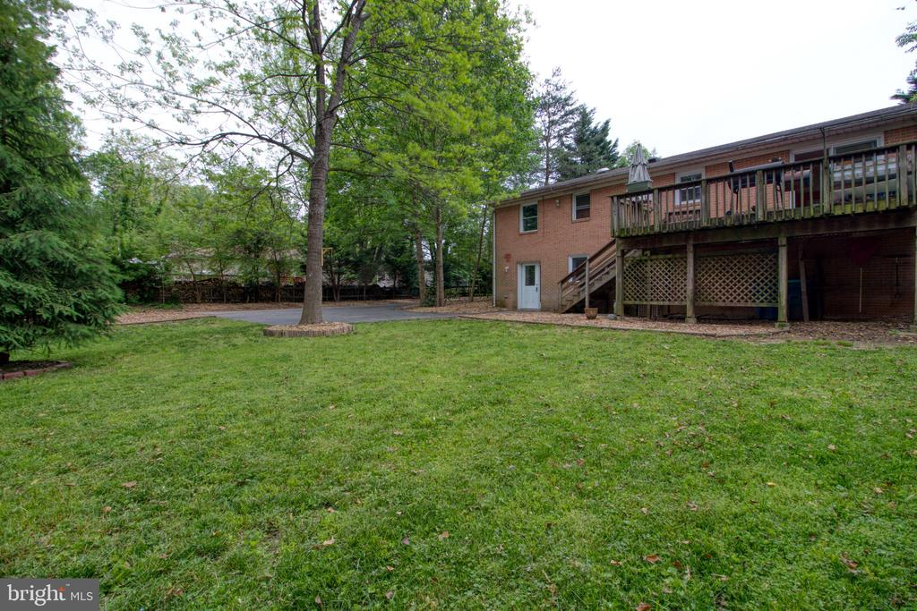 Large, flat lot! Perfect for entertaining! - 19355 YOUNGS CLIFF RD, STERLING