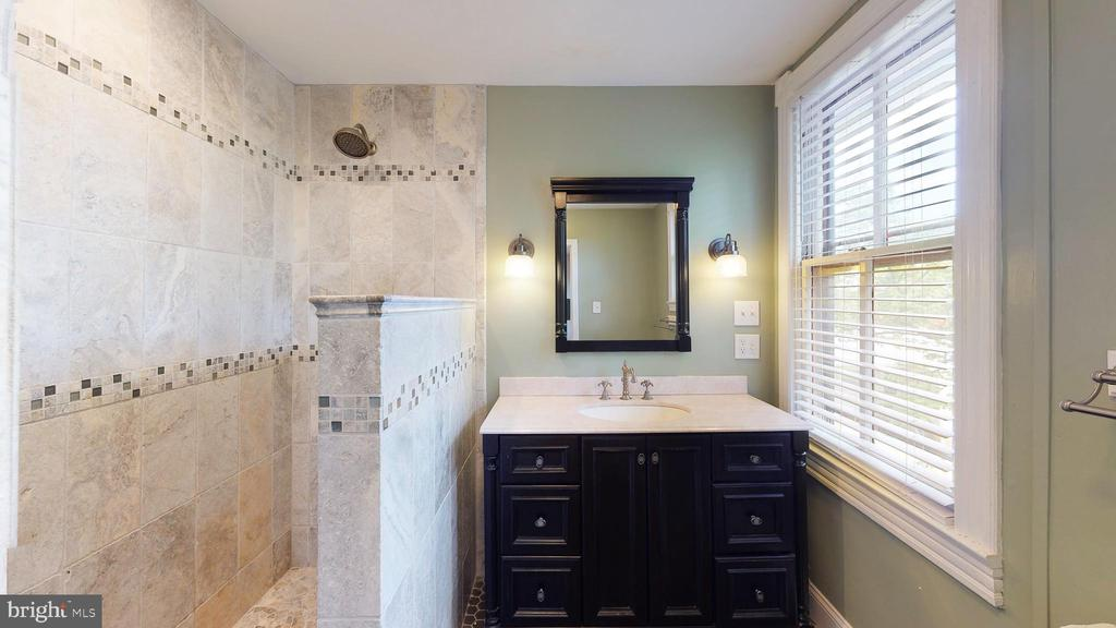 Master bathroom - 550 READING AVE, ROCKVILLE