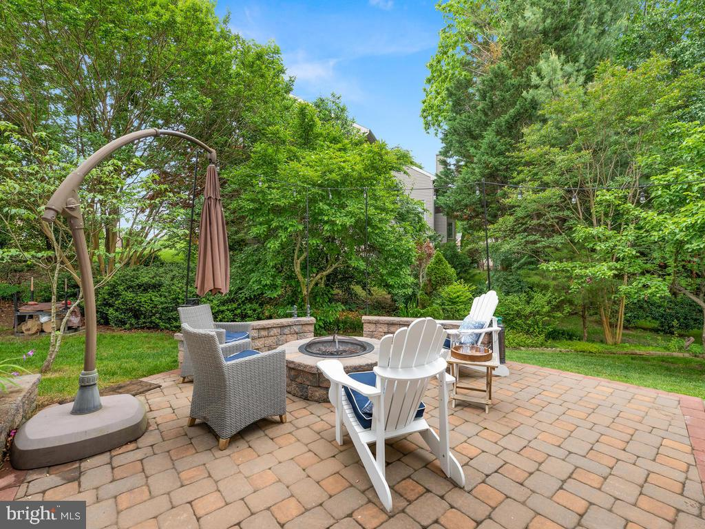 to the lower level patio and fire pit - 1518 THURBER ST, HERNDON