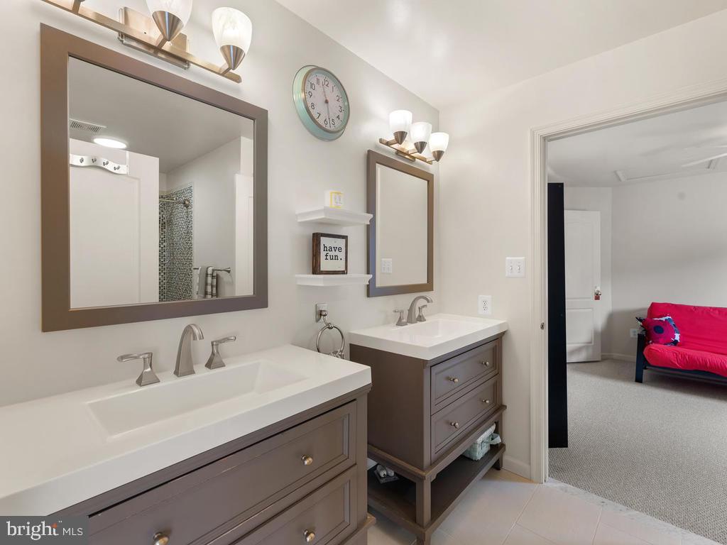 Upper Level 2nd full bathroom, recently renovated - 1518 THURBER ST, HERNDON