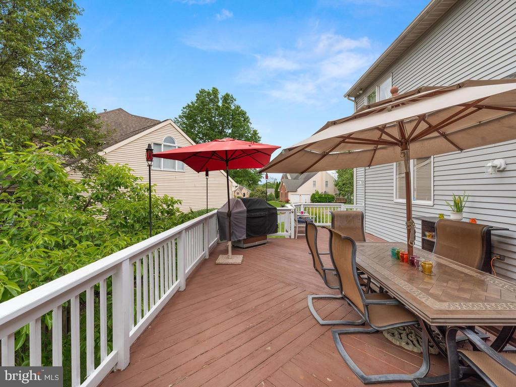 Second half of the deck, leading to stairs - 1518 THURBER ST, HERNDON