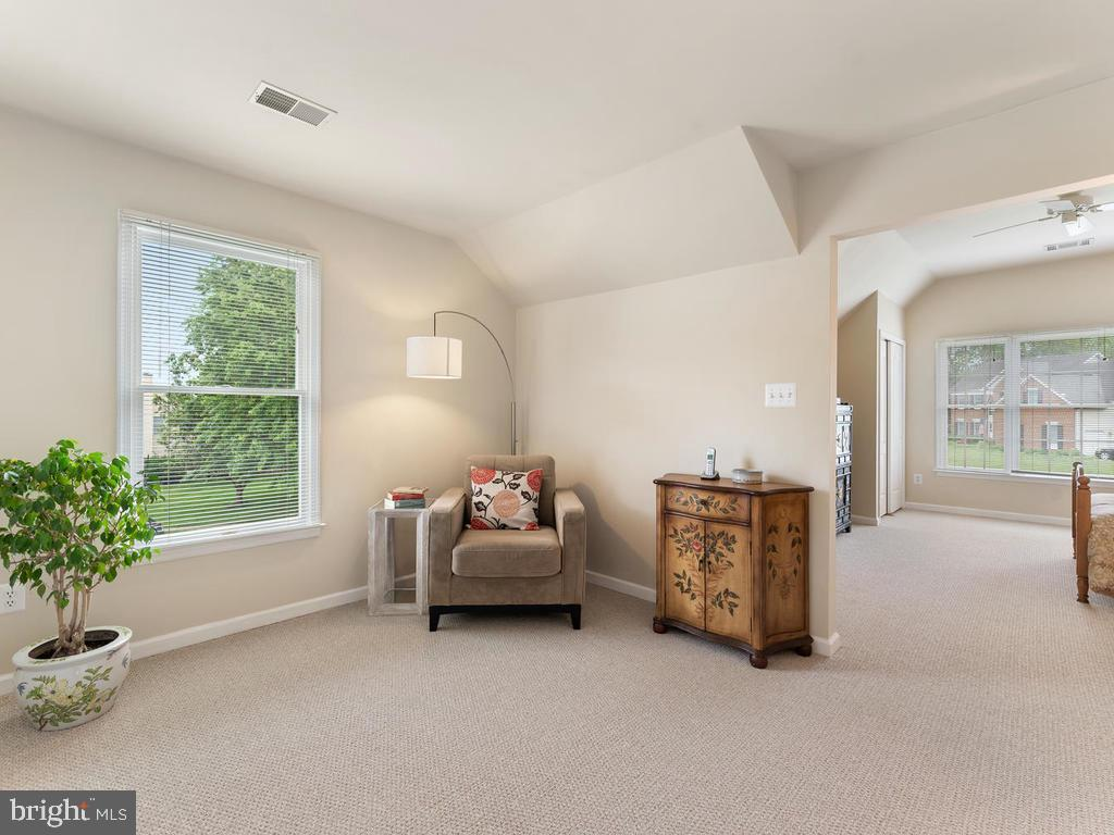 Second master suite, reading area w/ attached bath - 1518 THURBER ST, HERNDON