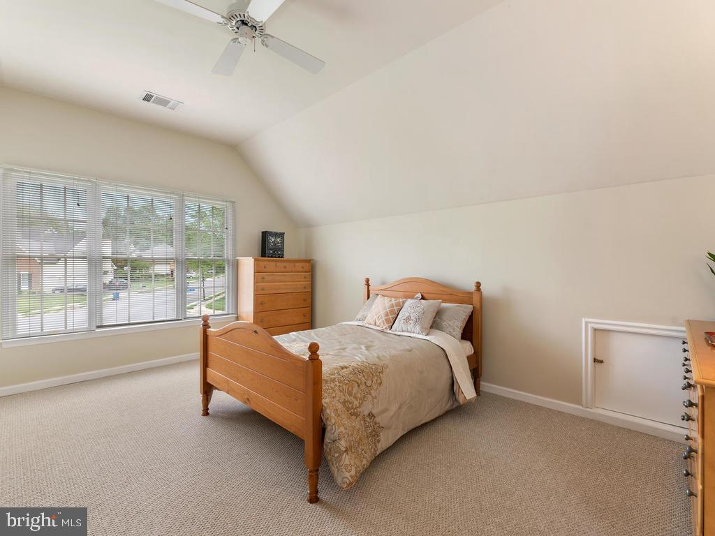 Upper level bedroom 5, second master suite! - 1518 THURBER ST, HERNDON