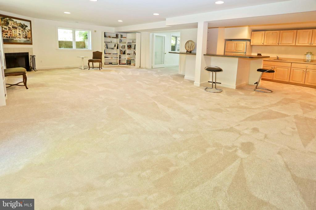 Ideal for both family and friends activities - 11331 BRIGHT POND LN, RESTON
