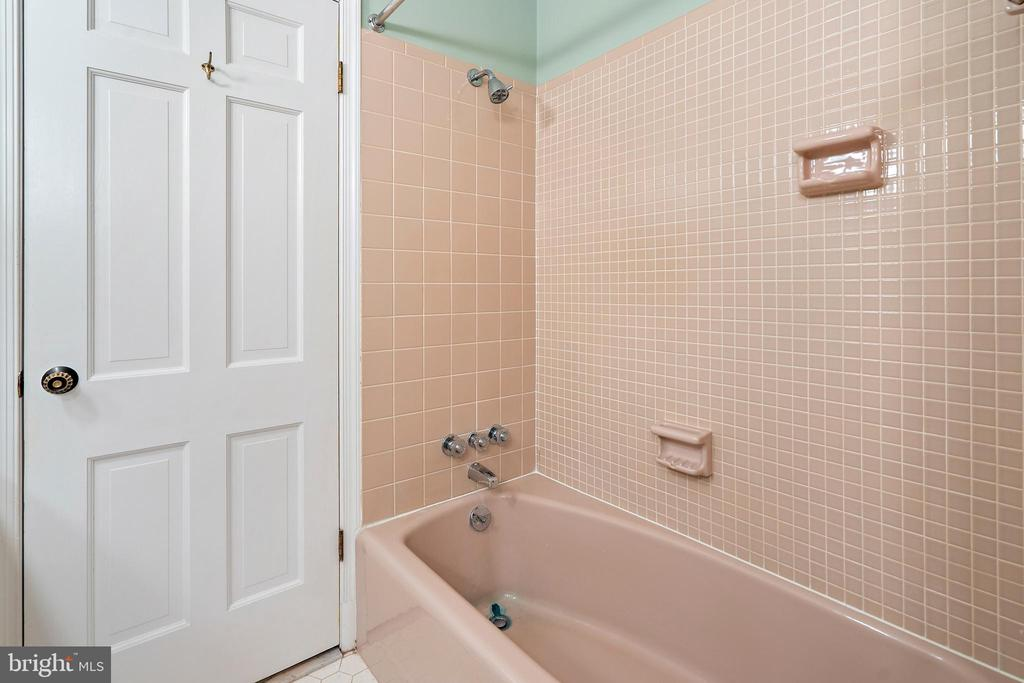 Hall bath - 7413 SHENANDOAH AVE, ANNANDALE