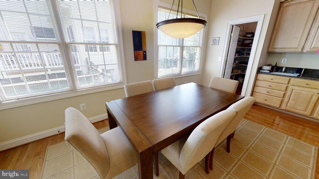 large kitchen table space - surround by windows - 47320 MIDDLE BLUFF PL, STERLING