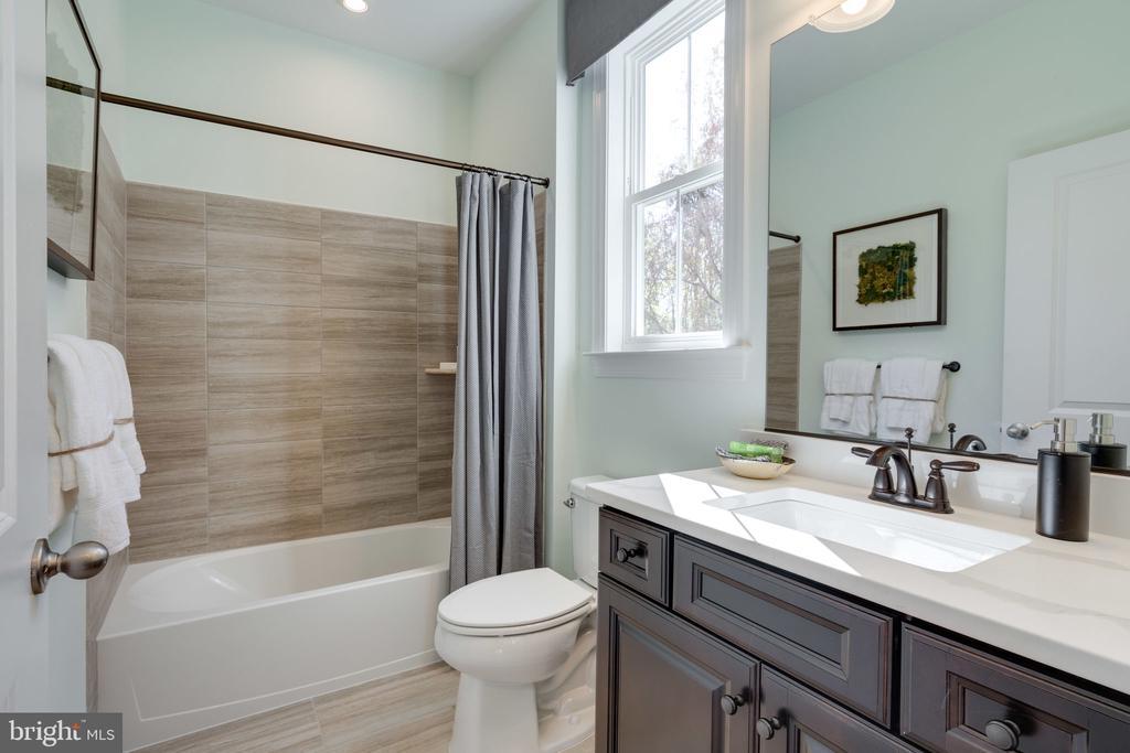 First floor guest suite bath - 104 PENDER CT, FREDERICKSBURG