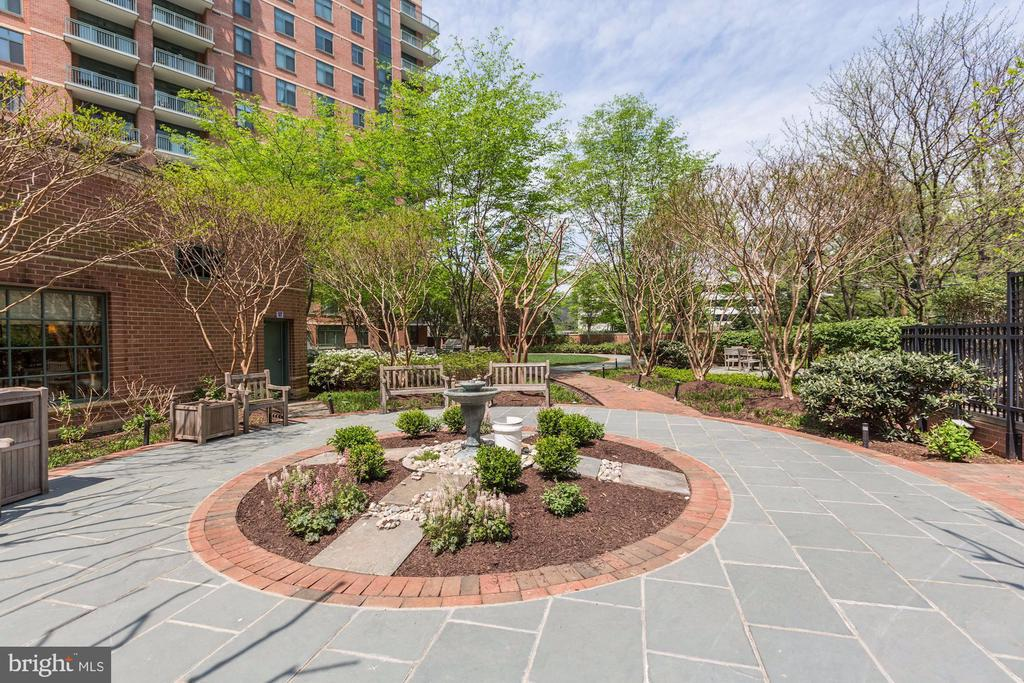 Community courtyard - 11700 OLD GEORGETOWN RD #1113, NORTH BETHESDA