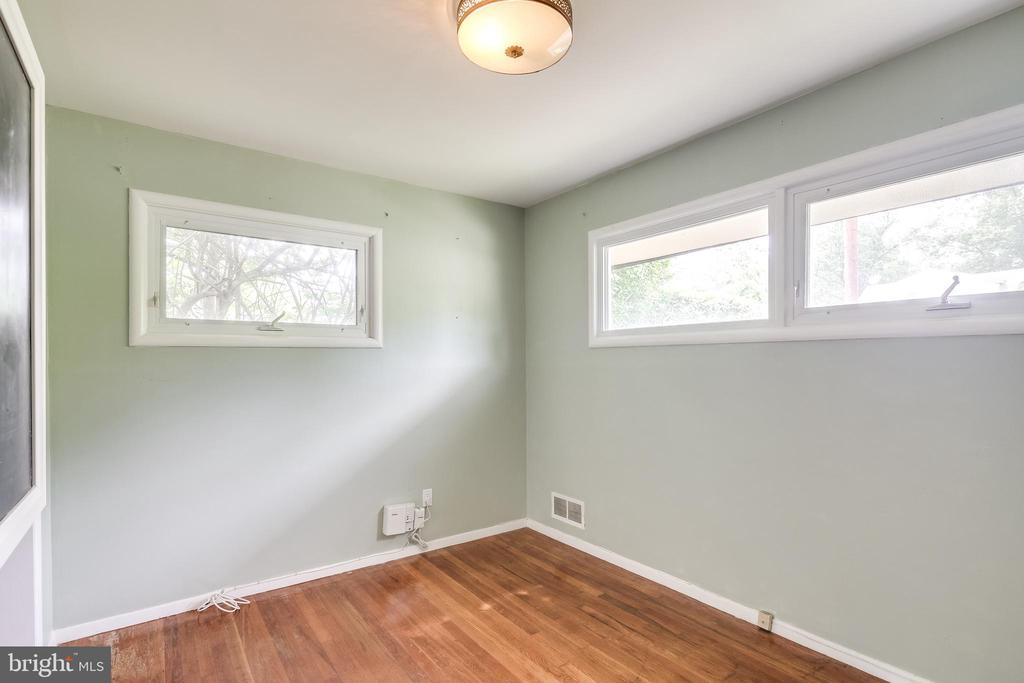 Large bedroom with built-in shelving - 322 MT VERNON PL, ROCKVILLE