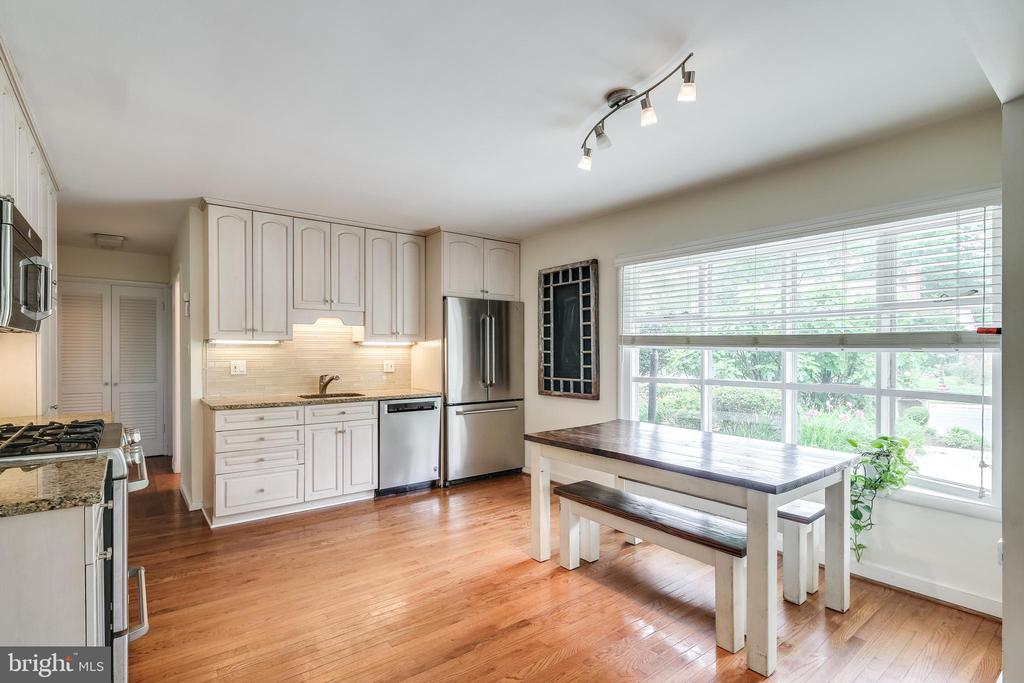 Lovely bay window allows for plenty of sunlight - 322 MT VERNON PL, ROCKVILLE