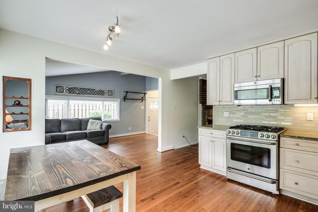 Updated kitchen with table space - 322 MT VERNON PL, ROCKVILLE