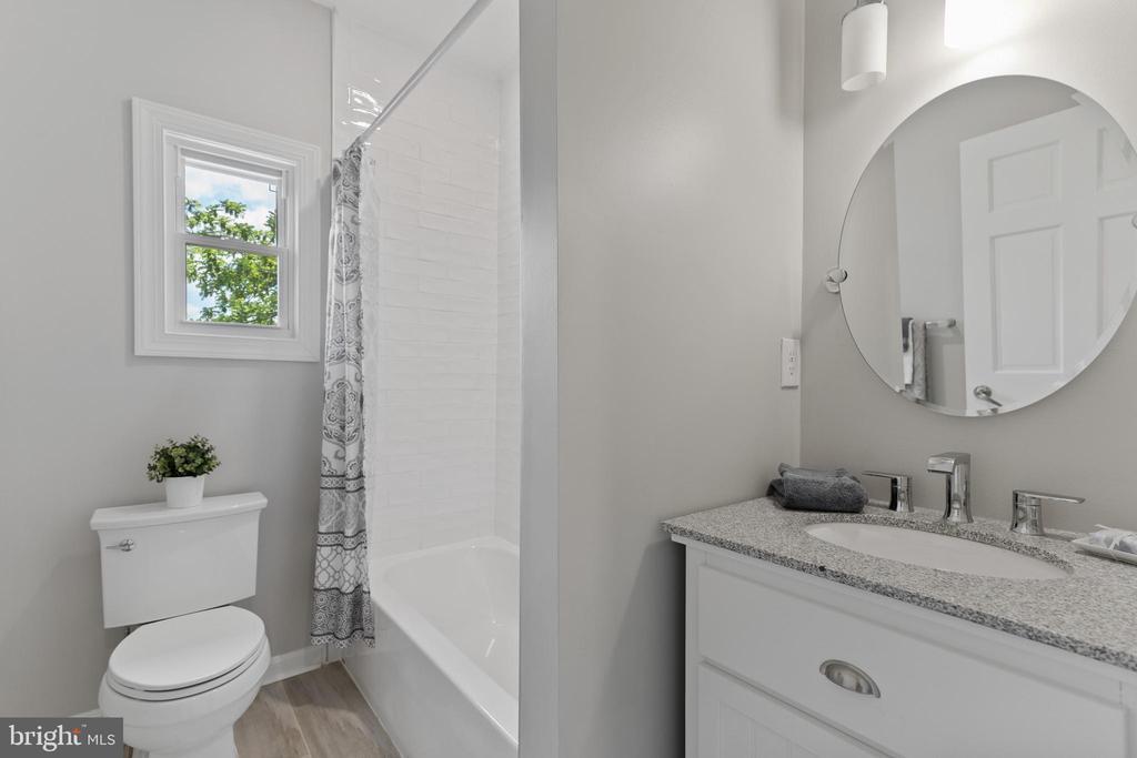 Main Floor: Full Bath - 2705 HAMLIN ST NE, WASHINGTON