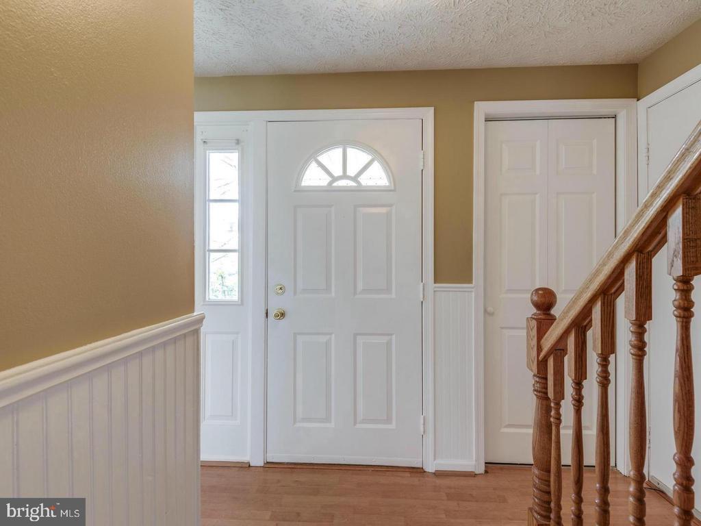Entrance hallway - 201 LESLIE CT, STERLING