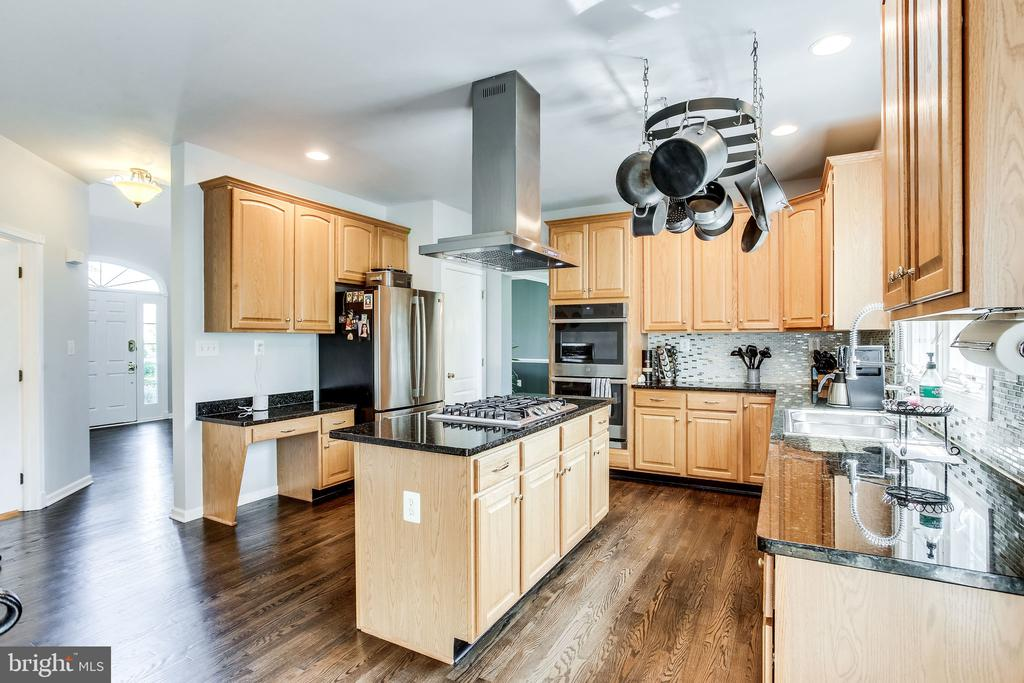 Gourmet kitchen with stainless appliances - 22766 OATLANDS GROVE PL, ASHBURN