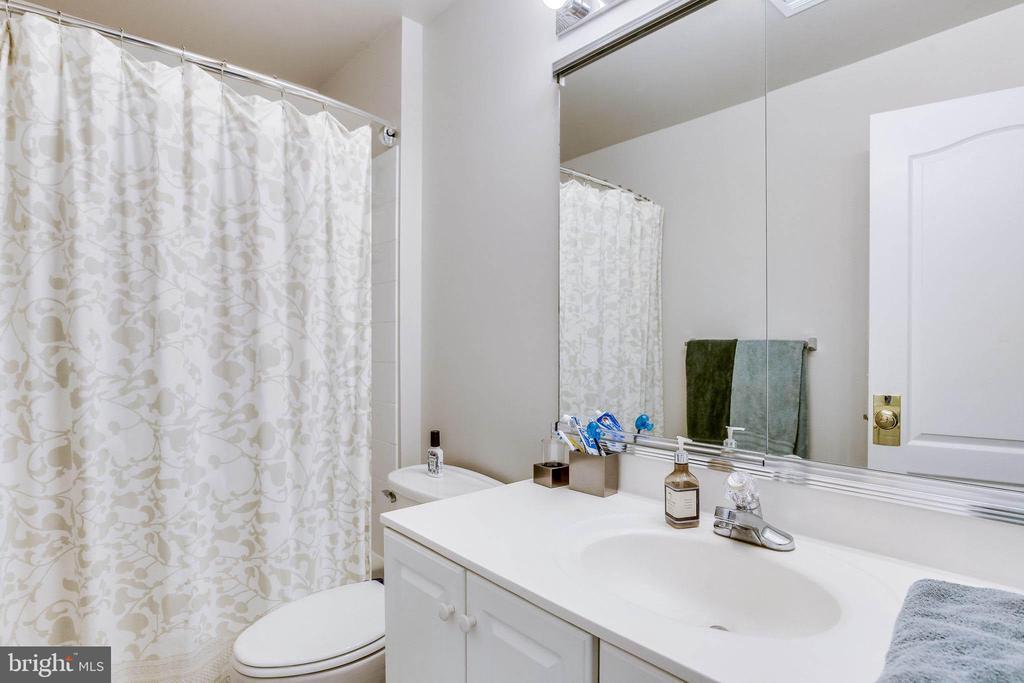 Guest full bath with tub/shower combo - 22766 OATLANDS GROVE PL, ASHBURN