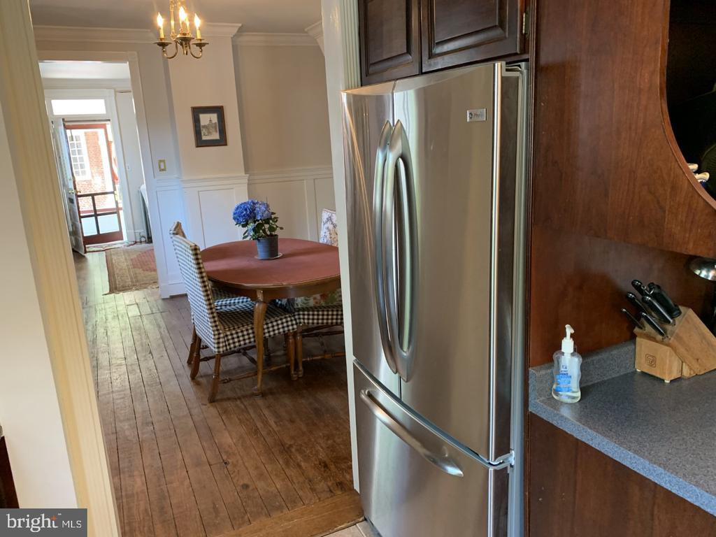 Kitchen looking toward the living room. - 140 MARKET ST, ANNAPOLIS