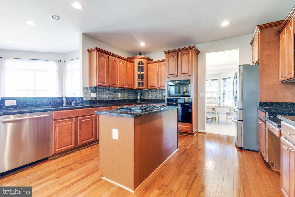 Gourmet Kitchen Overlooking Sun Room - 21921 SILVERDALE DR, ASHBURN