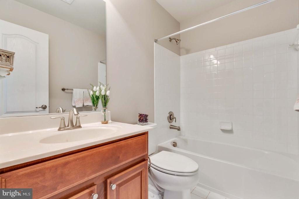 Hall Full Bathroom - 21921 SILVERDALE DR, ASHBURN