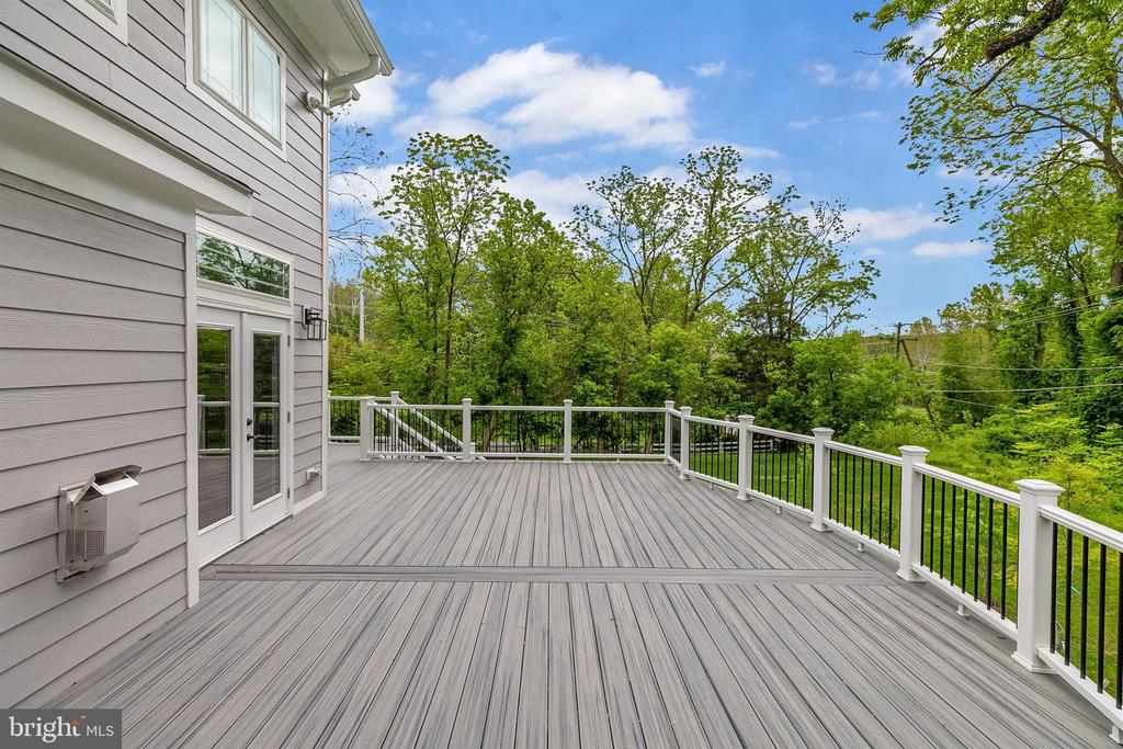 Spacious Deck off Family Room - 10401 HUNTER STATION RD, VIENNA