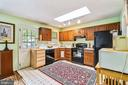 Spacious kitchen with views of the yard! - 508 STATE ST, ANNAPOLIS