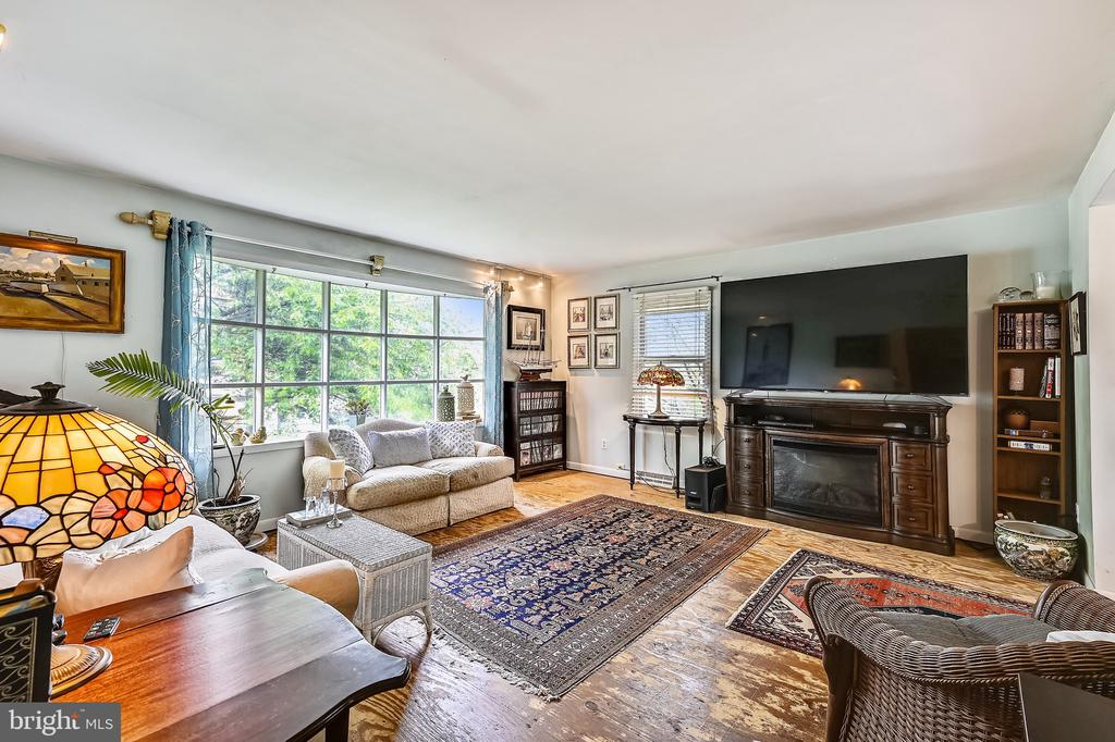 Wonderful living room with large picture window. - 508 STATE ST, ANNAPOLIS