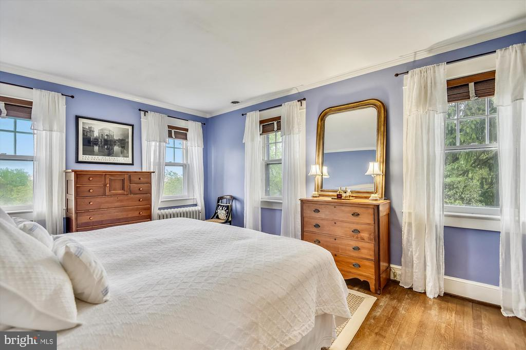 Bright and calming master bedroom - 2407 KING ST, ALEXANDRIA