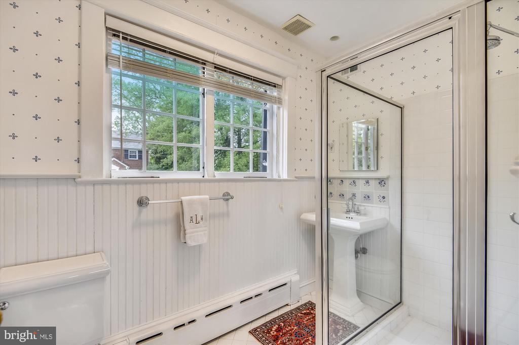 Upper level full hall bath - 2407 KING ST, ALEXANDRIA