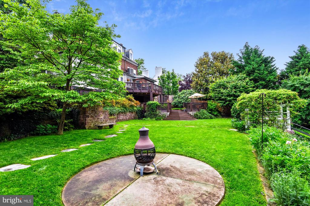 Spacious grass area for garden parties - 2407 KING ST, ALEXANDRIA