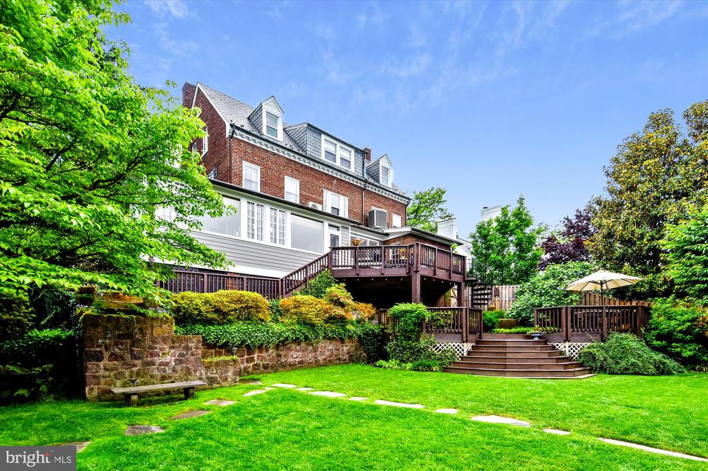 Sprawling backyard with exquisite landscaping - 2407 KING ST, ALEXANDRIA