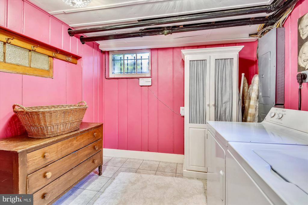 Bright and cheerful laundry room - 2407 KING ST, ALEXANDRIA