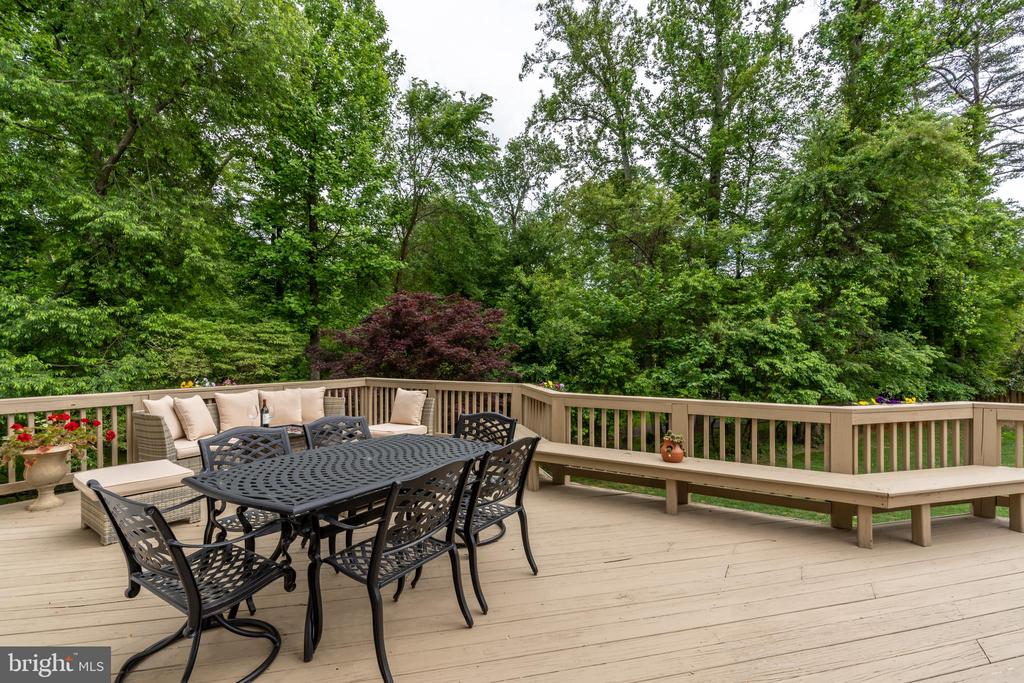Large deck with built-in seating - 3242 FOXVALE DR, OAKTON