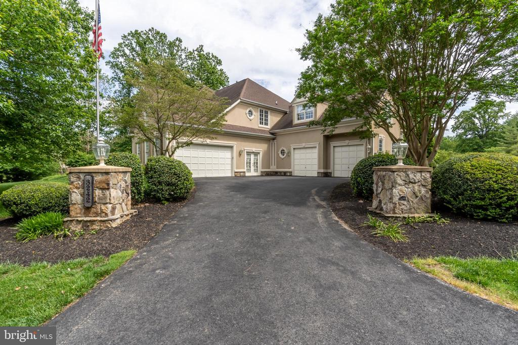 Four car garage with room for an additional bay - 3242 FOXVALE DR, OAKTON